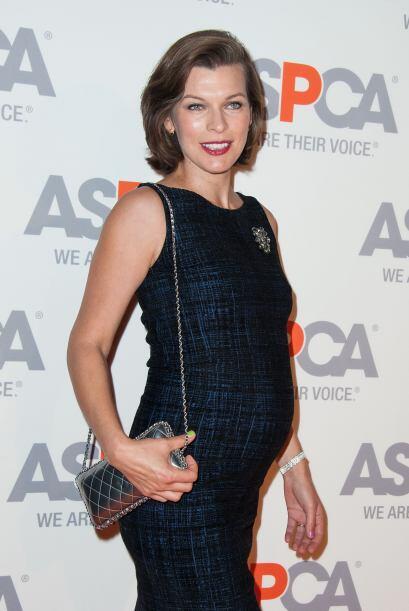 La actriz apostó por un vestido azul, el cual era un poco entallado para...