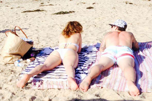 Y lo envidiable que es verla tirarse de panza en la arena del mar.  Más...