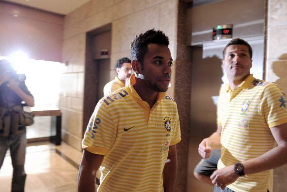 Parece que los jugadores pasaron por la peluquería. Robinho mostró un nu...