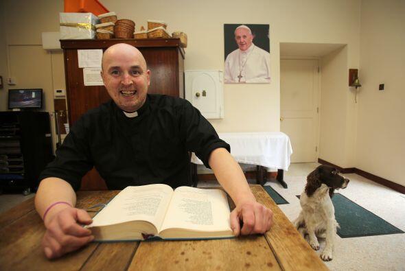 La estrella del momento en Irlanda es un cura católico de 37 años que se...