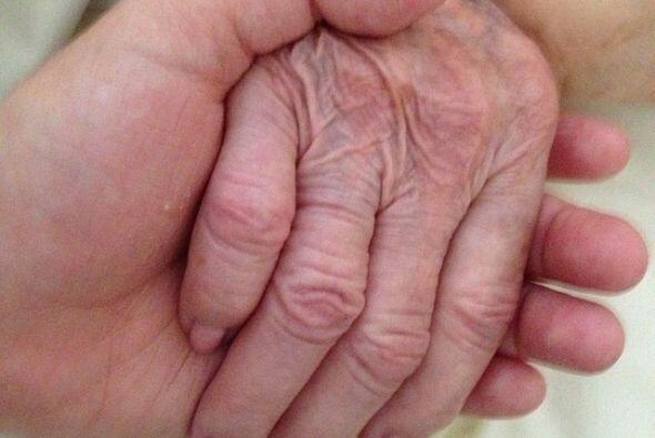 Hace tres días Montserrat subió una foto muy conmovedora de su mano entr...