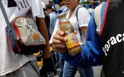 Con bombas de excremento, los manifestantes venezolanos se defienden de...