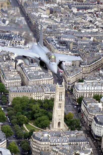 Como parte del festejo desfilaron por toda la capital francesa 135 avion...