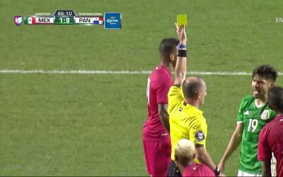 Tarjeta amarilla. El árbitro amonesta a Oribe Peralta de México