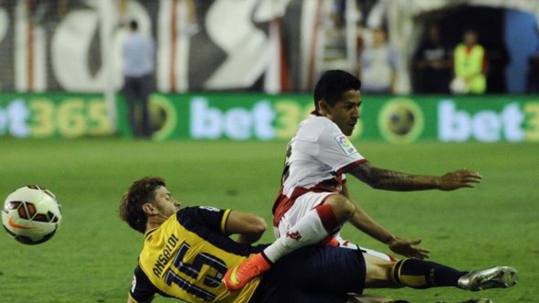 Aquino disputa un balón durante el duelo con los 'Colchoneros'.
