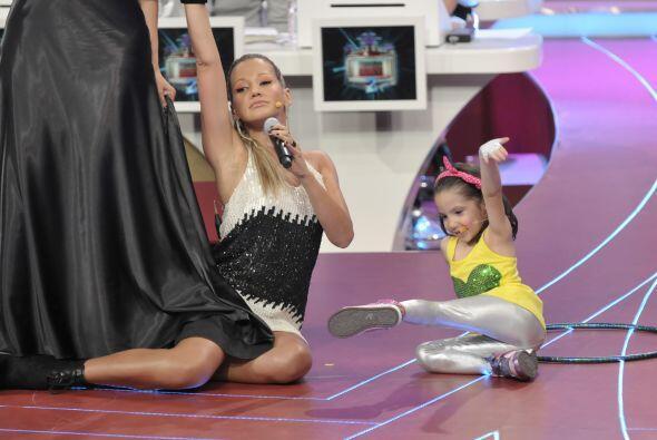La pequeña quería ejecutar algunos pasos en el suelo con F...