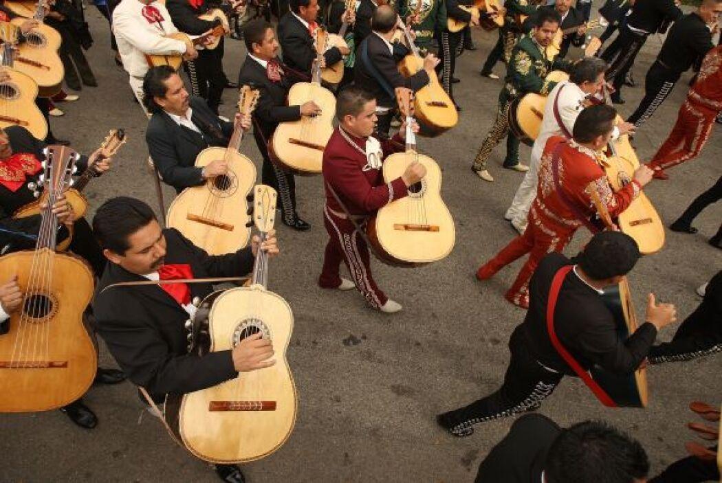 Algunos también aprovechan para disfrutar del mariachi, música típica de...