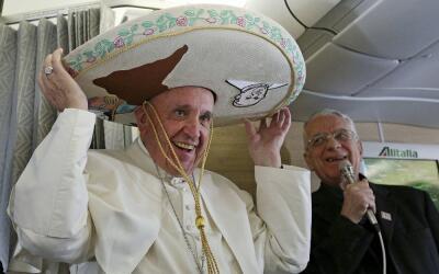 El papa Francisco con sombrero de charro.