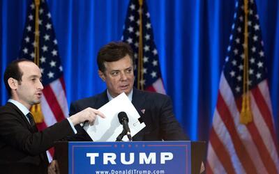 El jefe de campaña de Donald Trump revisa todo en el podio antes...