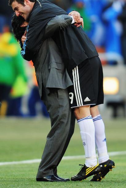 El abrazo del oso después de la victoria.