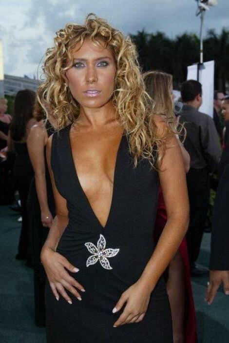 Jimena llegó bronceada y escotada a la alfombra de Latin GRAMMY 2003.