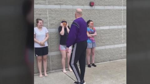 Un profesor rocía a sus alumnos con gas pimienta como parte de una pelig...