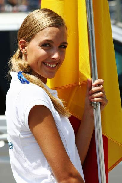 La belleza española le dio la bienvenida a los pilotos y aficionados en...