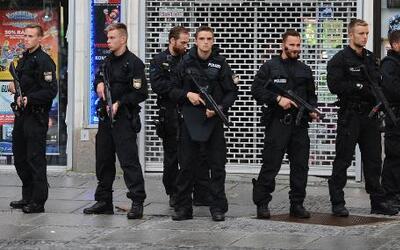 Agentes de policía aseguran el hotel Stachus después de que se reportó u...