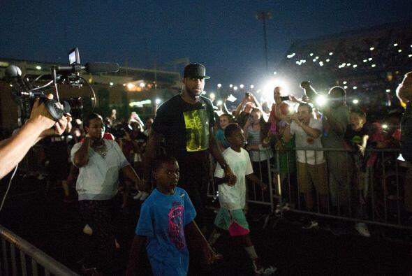LeBron James aseguró durante el evento que no dejará el eq...