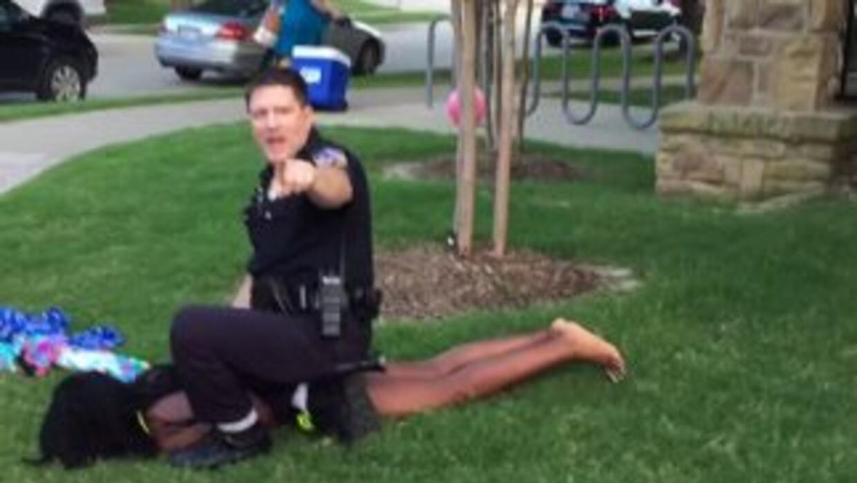 Policía arresta violentamente a adolescente afroamericano en Texas
