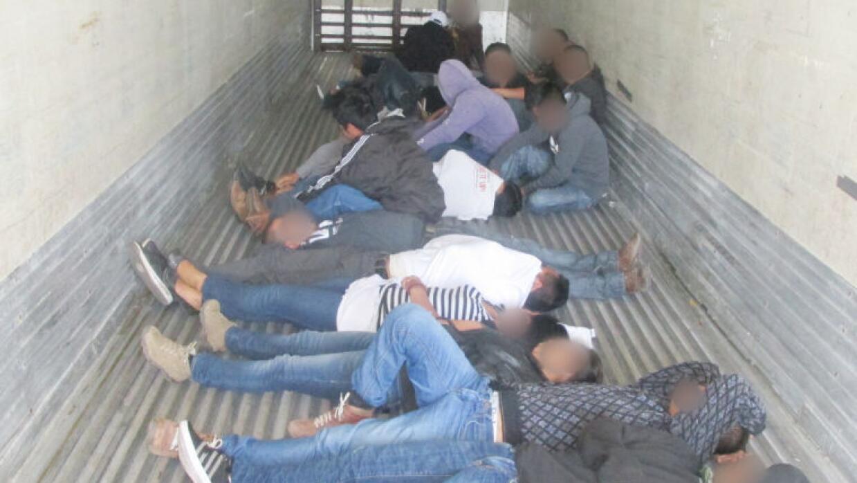20 migrantes rescatados de un tráiler.