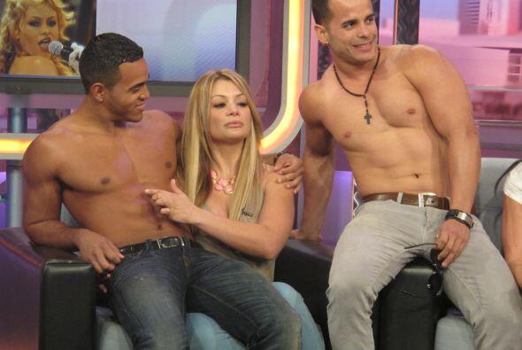 Marisol hasta aprovechó para tocar el abdomen de uno de ellos.