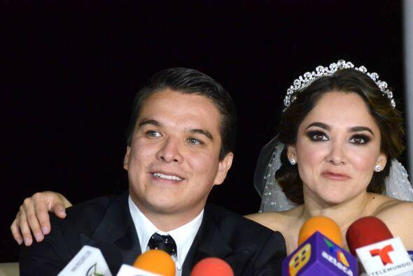 Después de jurarse amor eterno los recién casados atendieron a las cámaras.