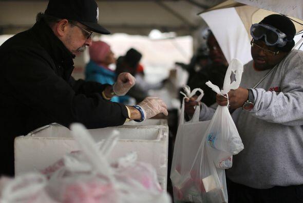 Los voluntarios también han llegado a la zona y se han encargado...