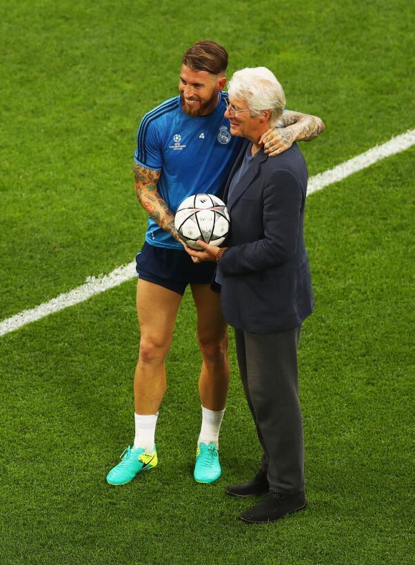 Richard Gere con Sergio Ramos durante un entrenamiento del Real Madrid e...