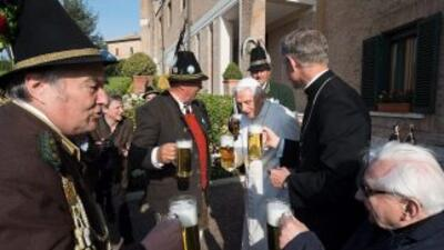 Benedicto XVI festejó su cumpleños brindando con cerveza.