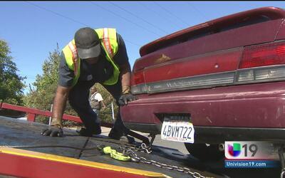 La ciudad de Sacramento realiza retiro de autos abandonados