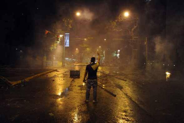 En Caracas, la capital del país las protestas se dispersaron hasta las z...
