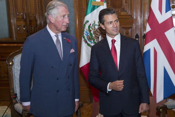 El príncipe Charles no perdió detalle de todo lo que se le decía durante...