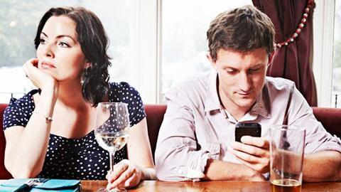 Si tienes un marido antisocial, escucha cómo ayudarle a cambiarle ese ma...