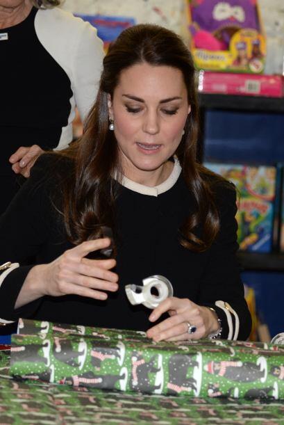 Con gran habilidad, Kate ponía cinta sobre el papel y sosten&iacu...