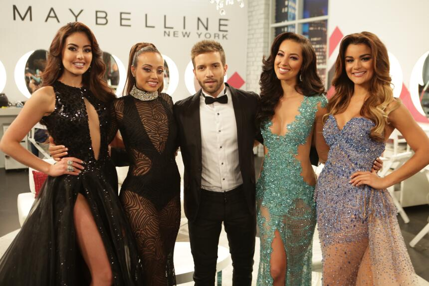 El cantautor español fue parte del desfile en trajes de gala de l...