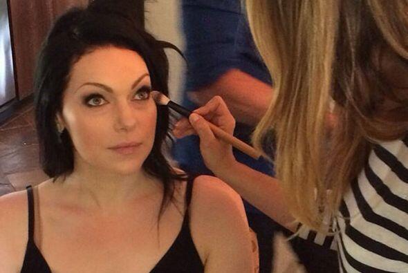 La bella actriz Laura Prepon de 'Orange is the new black' dándose una ma...