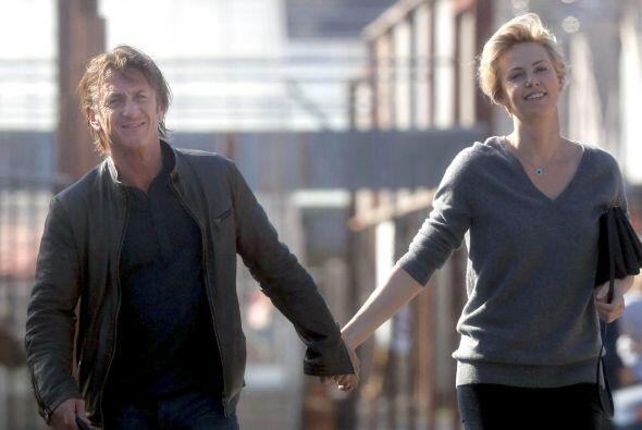 Y después de semanas de especulación, Sean Penn y Charlize...