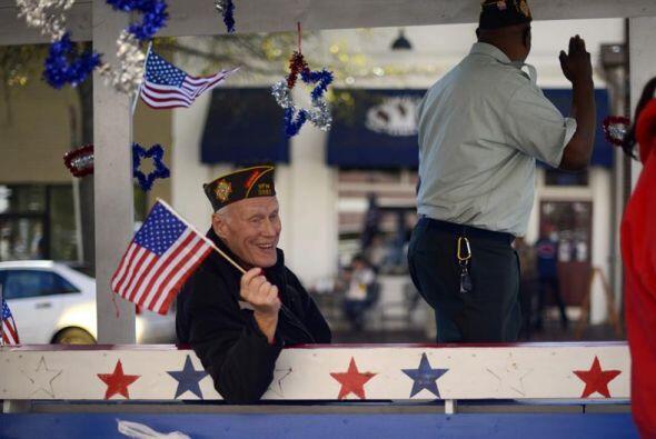 Un veterano de guerra participa en el desfile celebrado en el Día...