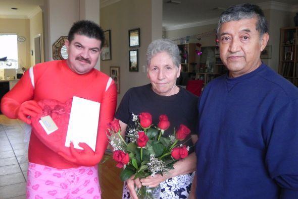 Su esposo Víctor quería darle este regalo de San valentín. Ellos tiene 4...