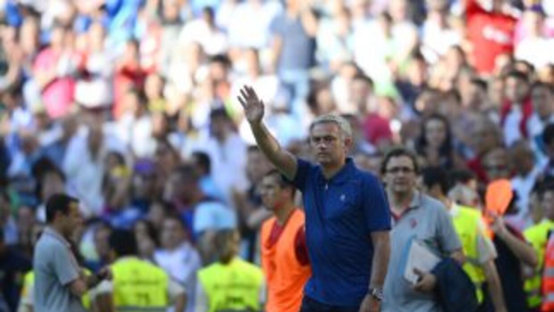 Mourinho se despide de los 'Ultra Sur' que mostraron una pancarta de apoyo.