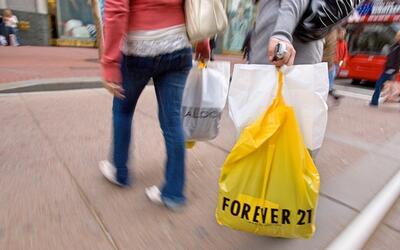 La cadena de tiendas Forever 21 se caracteriza por vender ropa juvenil.