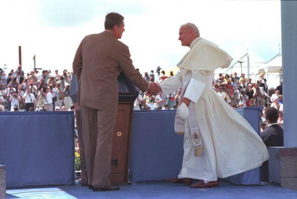 Reagan y Juan Pablo II. (Cortesía:National Archives, Ronald Reagan Pres...
