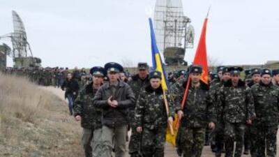 Militares ucranianos ondeaban dos grandes banderas, una ucraniana y una...