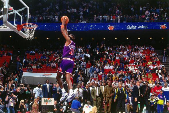 1992 - Cedric Ceballos de los Phoenix Suns intenta una volcada con los o...