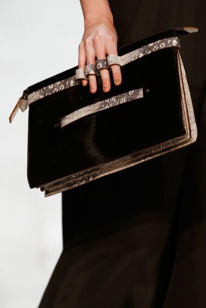 Carteras y bolsos no son lo más común, pero sí podrás encontrarlas. Mira...