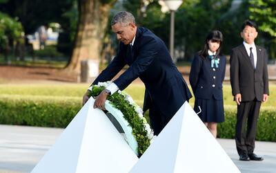 Obama coloca una ofrenda floral a las víctimas de Hiroshima