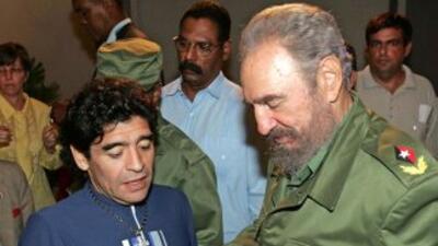Diego Armando Maradona y Fidel Castro tienen una estrecha amnistad. La i...