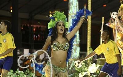 Infartante la paraguaya Larissa Riquelme desfilando en el Carnaval de Sa...
