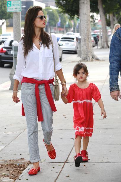 ¡Estas de rojo siempre imponen! Alessandra Ambrosio y su hija Anja...