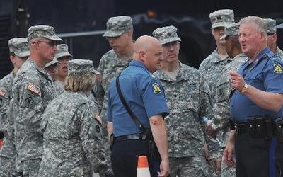 Sigue la tensión en Ferguson, Missouri, despliegan la Guardia Nacional p...