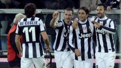 Mirko Vucinic celebra el gol del triunfo y la clasificación de Juventus.