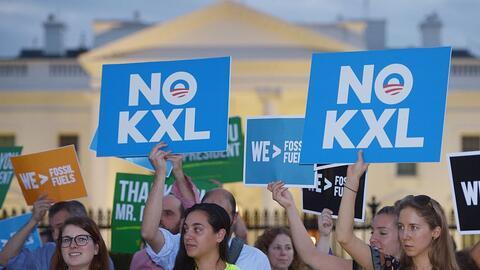 Activistas protestan en contra del oleoducto Keystone XL el 6 de noviemb...