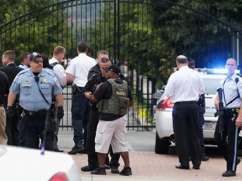 El personal de distintas agencias responde al tiroteo en la entrada de l...